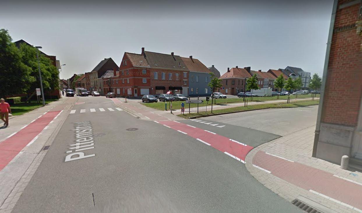 Automobilisten die uit de Spoorweglaan komen, moeten tot op het fietspad rijden om verkeer te zien aankomen van links. Voor fietsers is dat gevaarlijk.