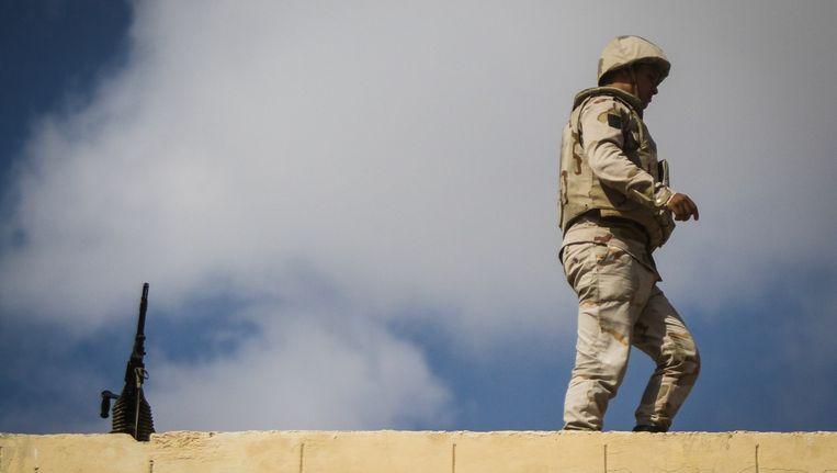 Een Egyptische soldaat in noordelijk Sinaï. Beeld AFP