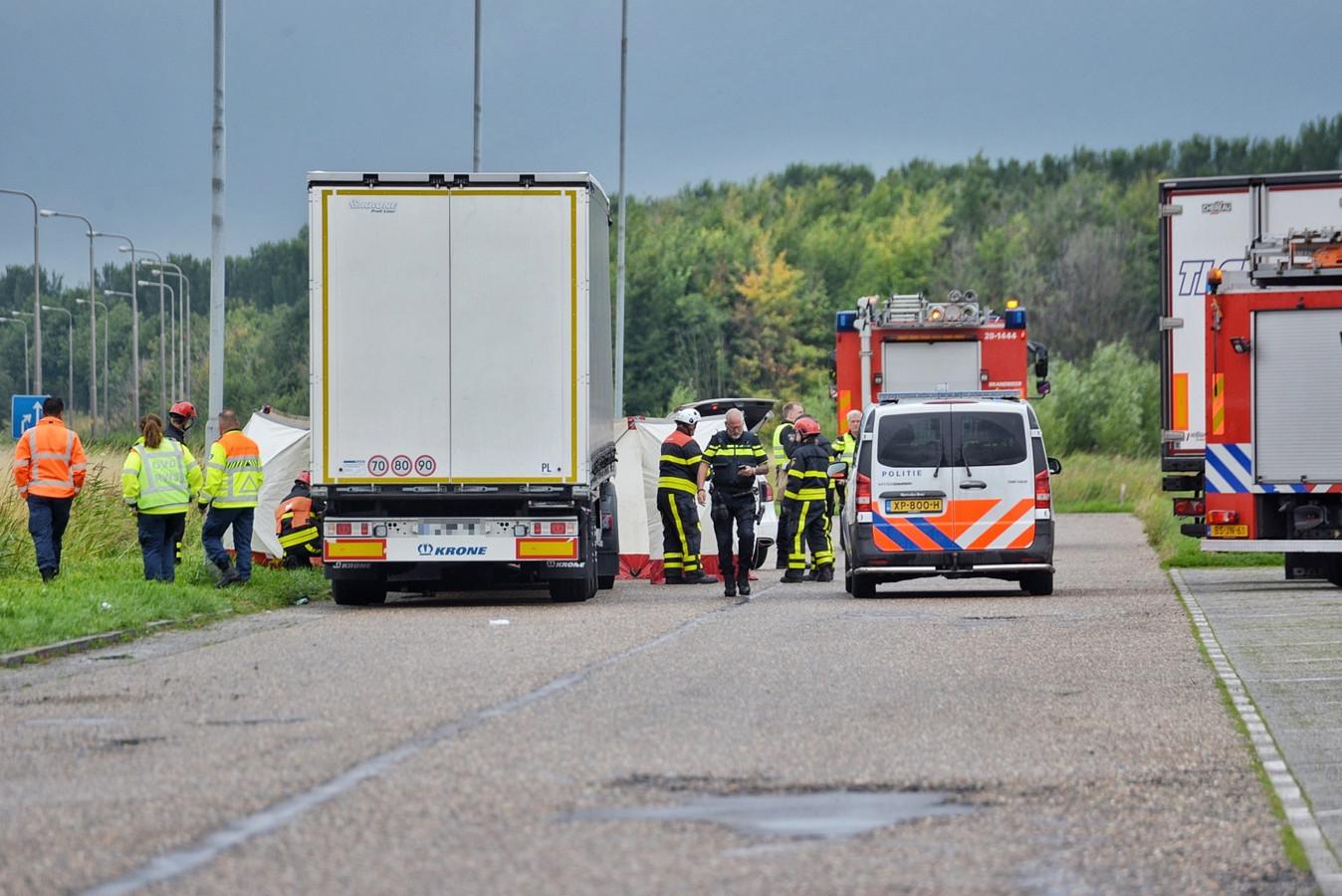 Hulpdiensten doen onderzoek bij de vrachtwagen in Ossendrecht, waar de dode man werd gevonden.