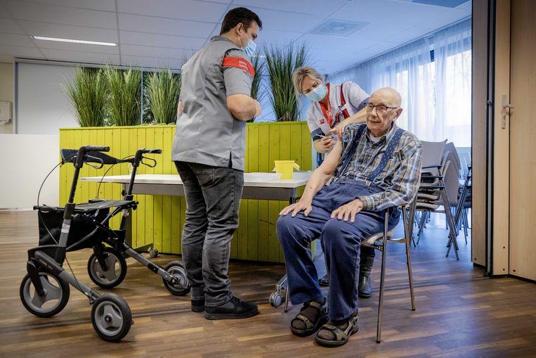 De vaccinatie van kwetsbare ouderen is volop aan de gang. Beeld ROBIN VAN LONKHUIJSEN/ANP