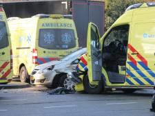Ambulance botst tijdens spoedrit naar Naaldwijk op auto op kruising bij Escamplaan