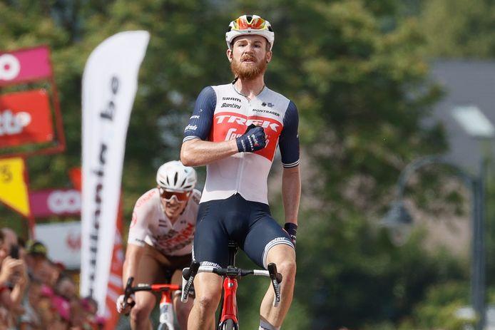 Quinn Simmons sloeg een dubbelslag in de derde etappe van de Ronde van Wallonië. De Amerikaan pakte de etappezege en is ook de nieuwe leider in het algemeen klassement. Simmons won in 2019 de SPIE Juniorendriedaagse in Axel.