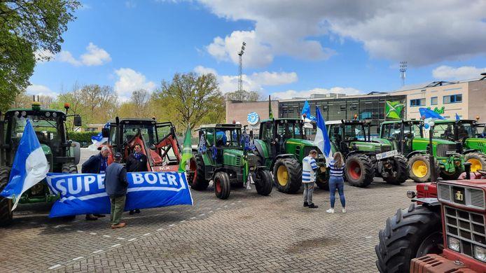 Supporters van de Graafschap verzamelen met hun trekkers bij stadion De Vijverberg. In het kader van een sfeeractie zullen zij de spelersbus begeleiden naar Amsterdam, waar de club vanavond promotie naar de Eredivisie veilig hoopt te stellen.