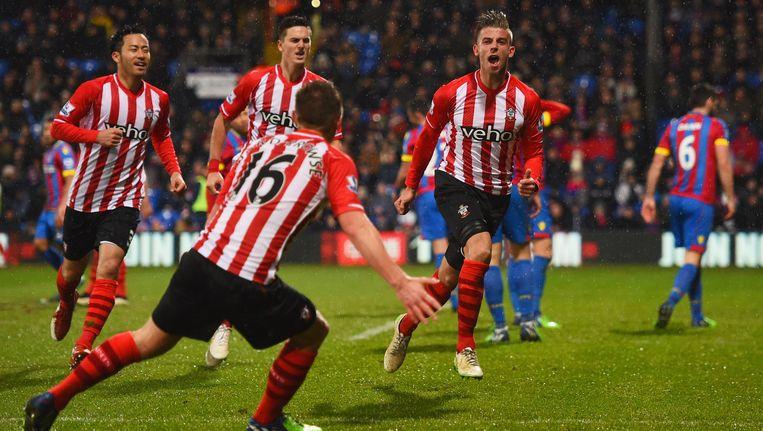Toby Alderweireld viert zijn doelpunt op het veld van Crystal Palace met zijn Southampton-maats. Beeld Belga