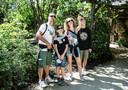 Caroline Buytaert en haar gezin in de Zoo van Antwerpen