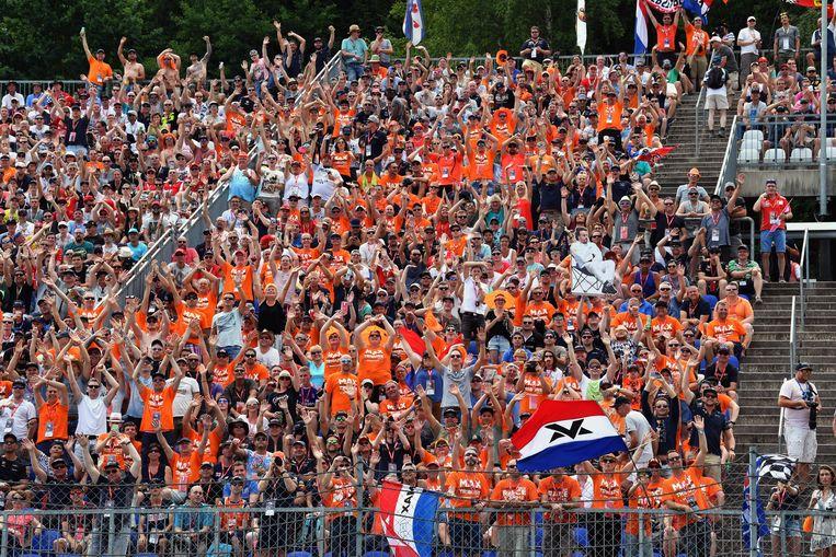 De Oranjefans op de Max Verstappen-tribune zagen de Nederlander alleen maar crashen voor hun ogen. Beeld photo_news