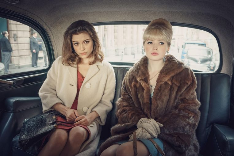 Sophie Cookson (links) in The Trial of Christine Keeler. Beeld BBC