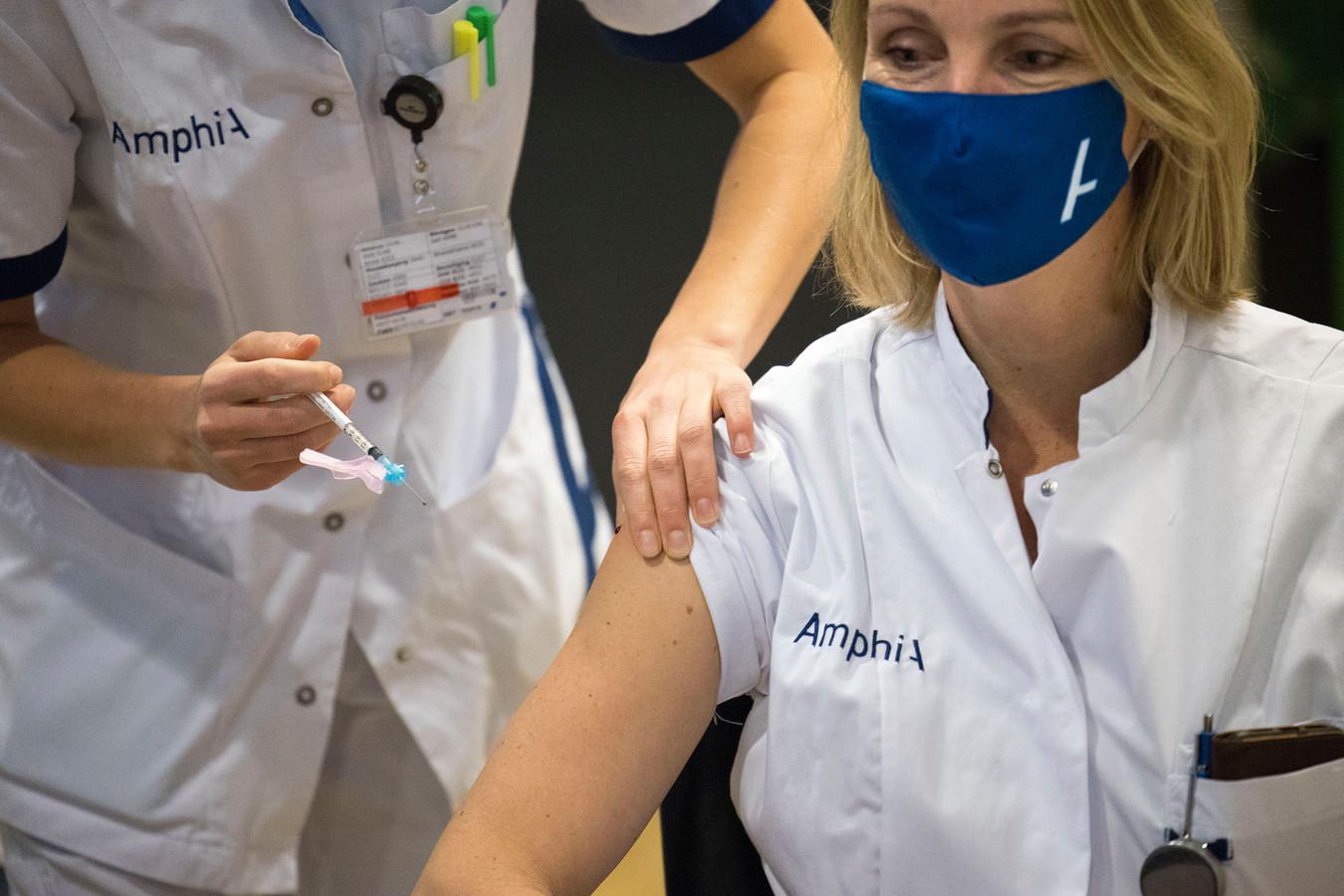 Een personeelslid van het Amphia Ziekenhuis wordt gevaccineerd.