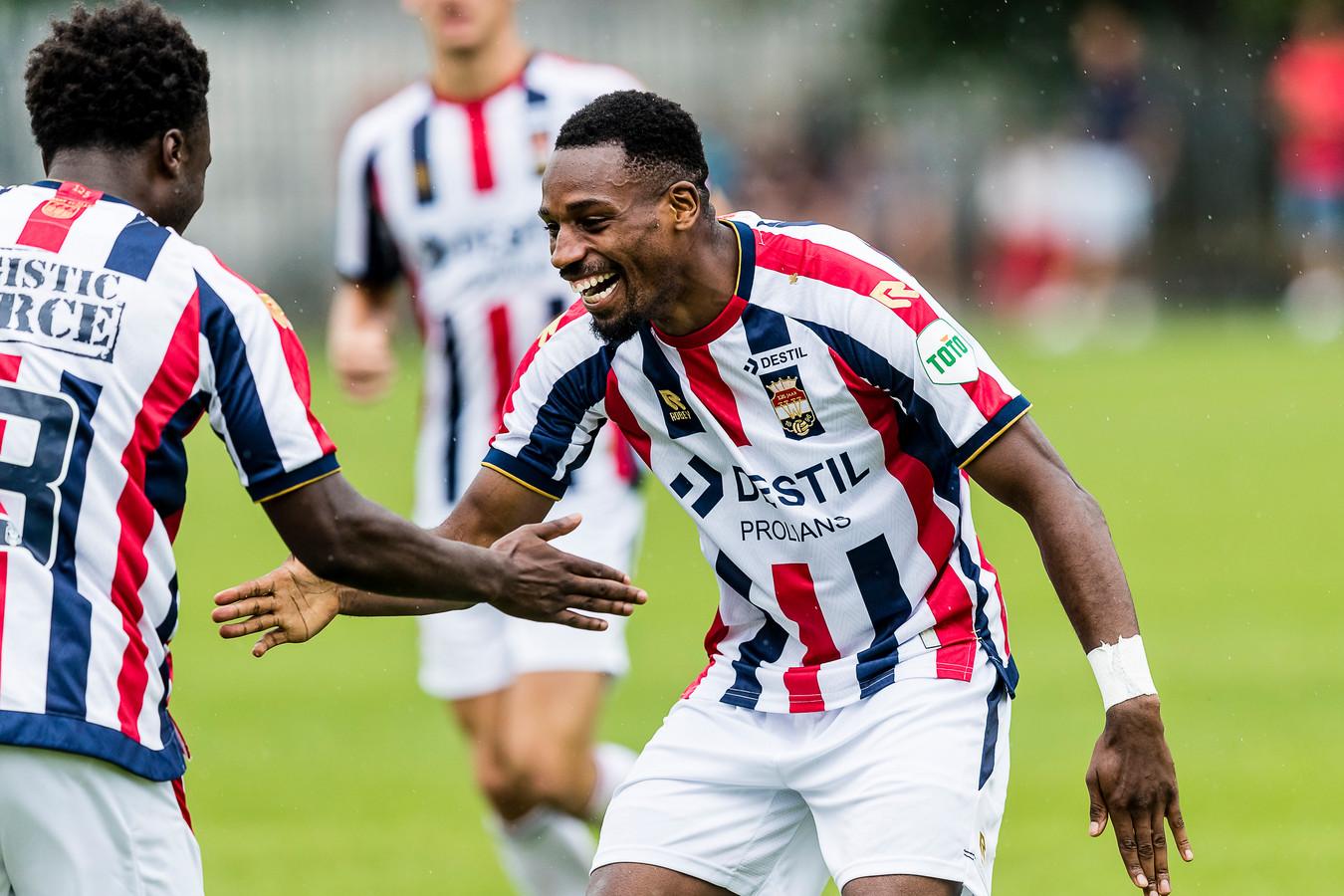 Elton Kabangu (rechts) viert zijn treffer tegen Lierse met Derrick Owusu.