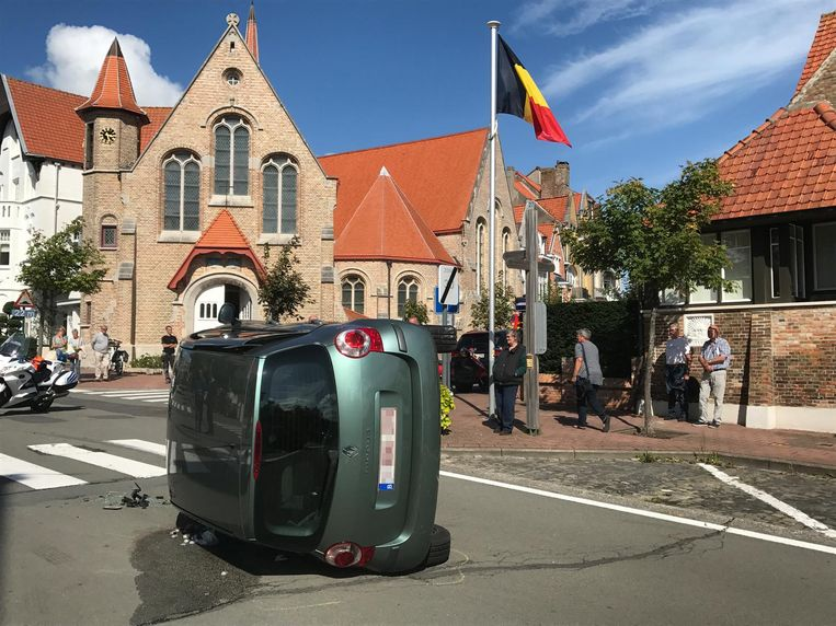 De Renault Modus ligt op zijn zijkant aan de Christus Koningkapel.
