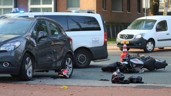 Motor knalt tegen auto op President Kennedylaan, weg deels afgesloten en verkeer loopt vast