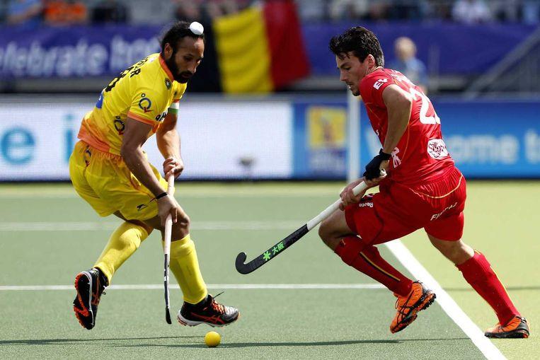 Simon Gougnard (R) dribbelt Sardar Singh (L)