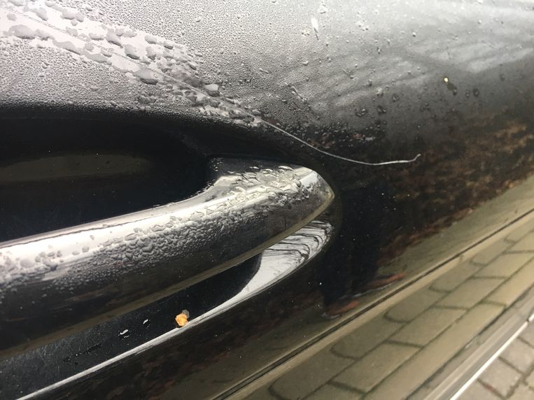 Een kras op de deur van een Mercedes.