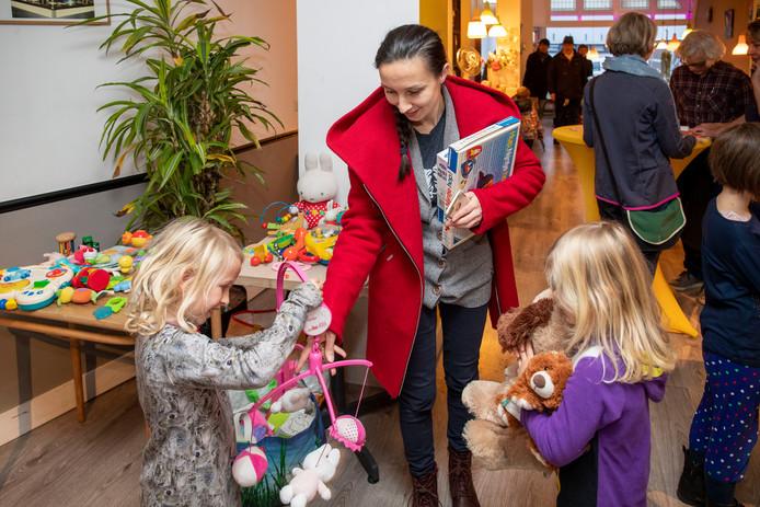 Kinderen leveren speelgoed waarmee ze zijn uitgespeeld in en kunnen vervolgens ander speelgoed uitzoeken.