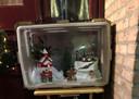 Op een andere plek in Galder staat een plastic krat met een Anton Pieck-achtig wintertafereeltje.