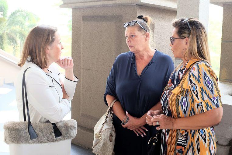 Ivana's moeder Karin Smit (midden) en peetmoeder Esther Schultz (rechts) praten met de Nederlandse ambassadeur Karin Mössenlechner over de getuigenis van Karin. Door nieuwe vertragingen bij de rechtbank ging die vandaag weer niet door.