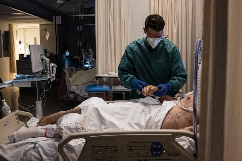 Het is de vraag of we met de oplopende besmettingscijfers de coronamaatregelen kunnen versoepelen. Beeld Joris van Gennip
