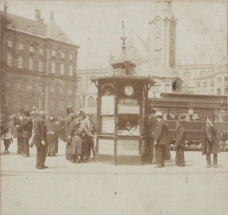 Foto van de rode kiosk op de Dam, c. 1905-10 Beeld Maarten Benschop/Stadsarchief Amsterdam