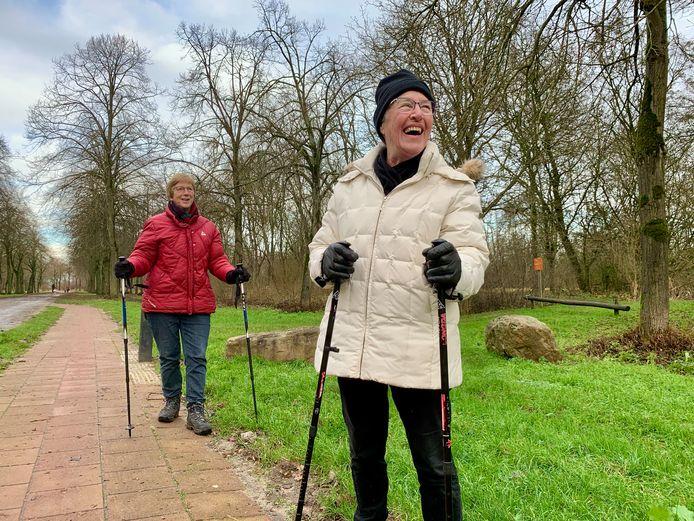 Corry Marsman (74) en Joke Helling (80) gaan elke week samen nordic walken in het Lingebos.