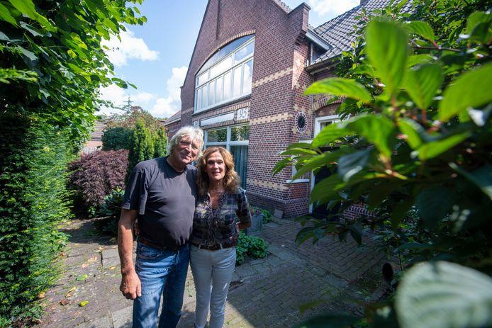 Ruurd en Yvonne Hallema voor hun bijzondere onderkomen aan de Ennekerdijk. Ze voelen zich er helemaal op hun plek.