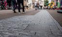 Onder deze grijze stenen in de Marktstraat liggen de fundamenten van één van de oude stadspoorten.
