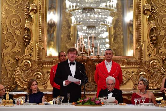 Koning Willem-Alexander en koningin Maxima voorafgaand aan het staatsbanket met president Sergio Mattarella van Italië en zijn dochter Laura Mattarella tijdens het staatsbezoek aan Italië.