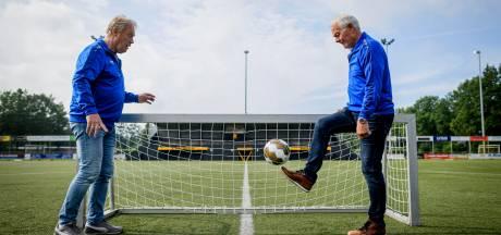 Voetbal-pensionado's in Borne dolblij met walking football: 'Goed voor de conditie én je sociale leven'