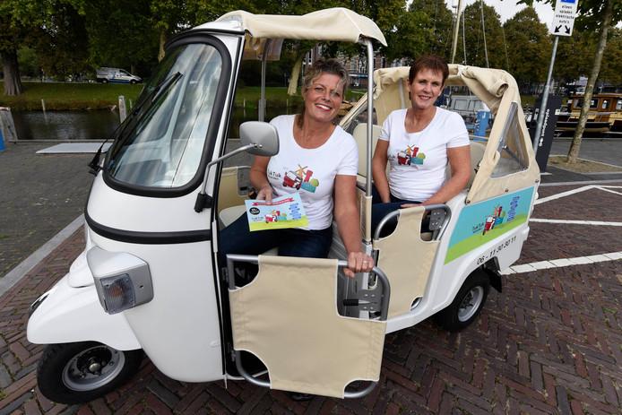 Linda Brander en Betty Dolfing uit Woerden bij hun eerste tuktuk.