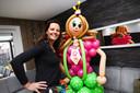 Kim Suurland ziet er als clown telkens anders uit. Hier staat ze naast haar evenbeeld dat ze van ballonnen heeft gevouwen.