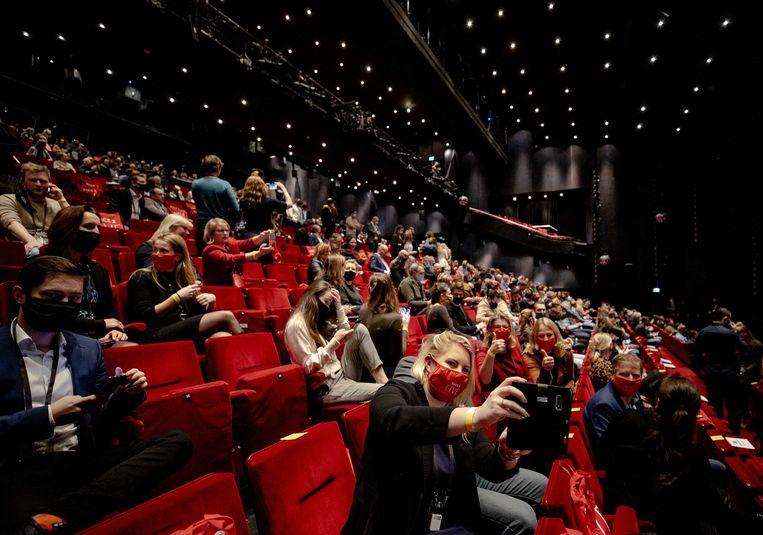 Vijfhonderd mensen zijn in het Beatrixtheater bijeen tijdens het eerste proefevenement van Fieldlab. In een reeks van dit soort proeven wordt onderzocht hoe grote evenementen veilig kunnen plaatsvinden in coronatijd.  Beeld ANP