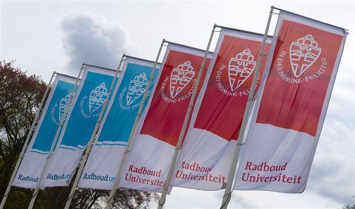 Vlaggen met het logo van het Radboudumc en de Radboud Universiteit, foto ter illustratie.