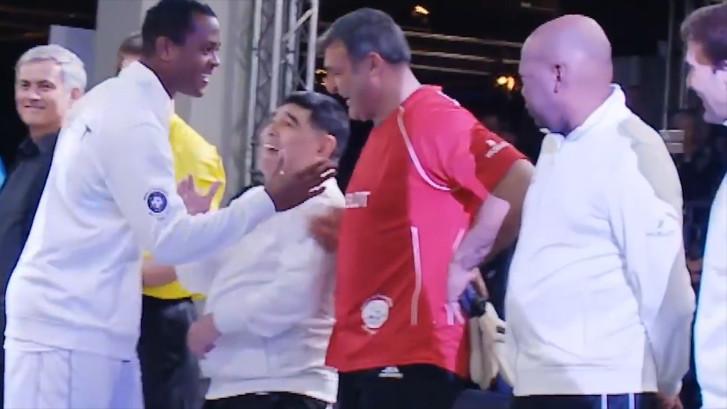 Ongemakkelijk: Kluivert slaat Maradona over bij handen schudden