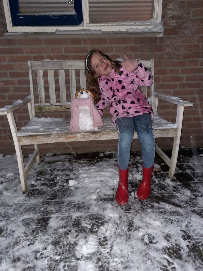 Benthe Gerritsen met haar mooie sneeuwpop in Wijchen.