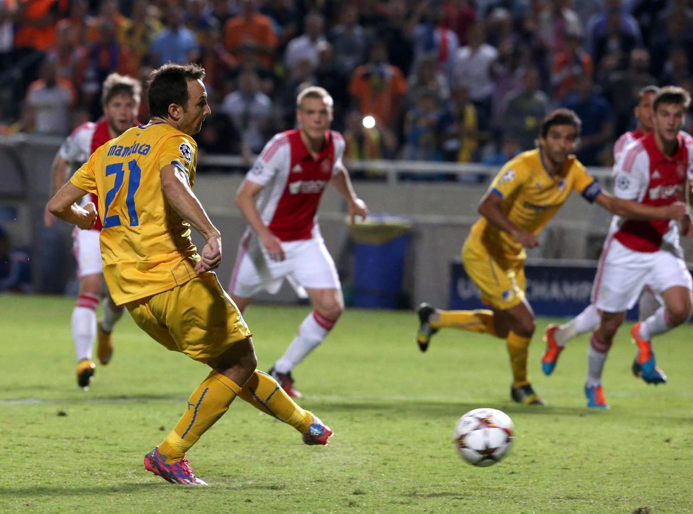 Gustavo Manduca schiet APOEL Nicosia in 2014 vanaf de strafschopstip naast Ajax: 1-1.