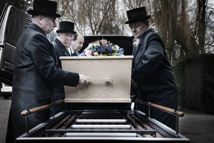 Begrafenissen worden informeler: zo wordt de kist steeds minder vaak door professionele dragers naar binnen gebracht.