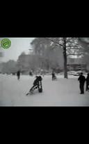 Het meisje valt met haar fiets nadat ze is bekogeld met sneeuwballen.
