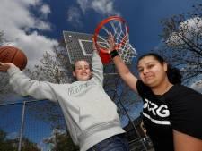 Zara en Marten namen het heft in eigen hand en regelden zelf nieuwe baskets voor hun pleintje