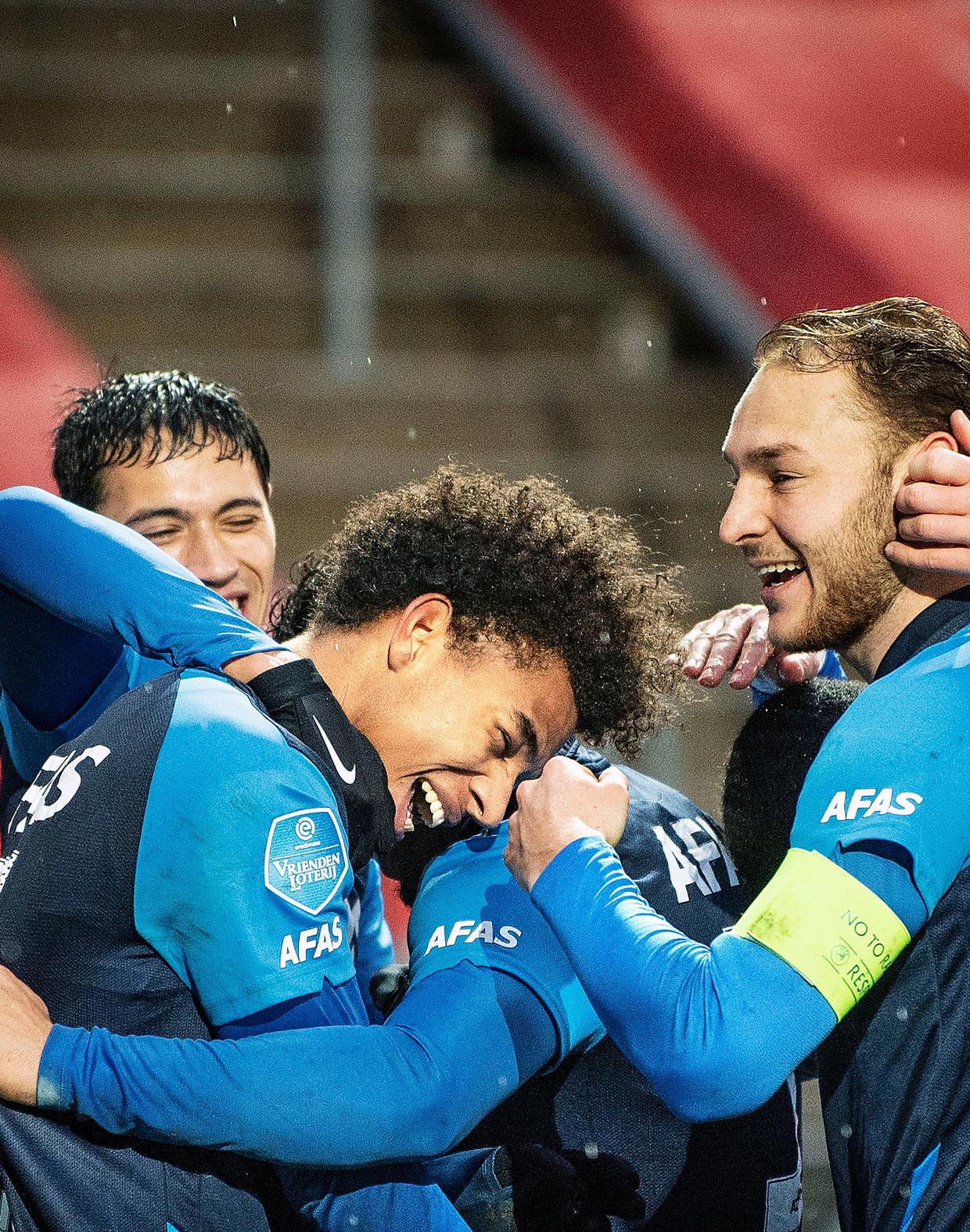 Calvin Stengs viert de 1-2 met zijn ploeggenoten, het bleek opnieuw niet genoeg. In blessuretijd komt Utrecht toch nog langszij. Beeld Guus Dubbelman / de Volkskrant