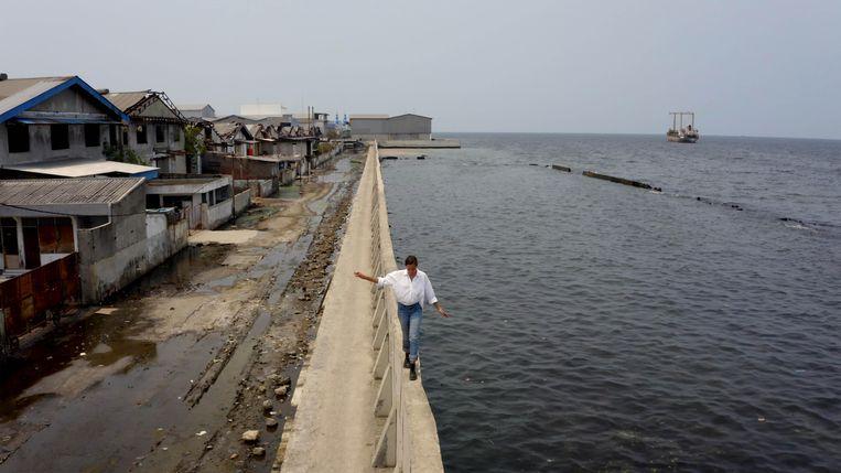 Melati Wijsen in Jakarta, een stad die door bodemdaling langzaam wegzakt. Beeld Cinéart Nederland