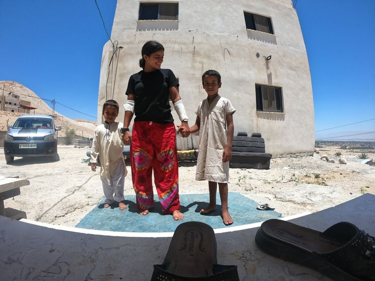De Israëlische Dina Cohen met Palestijnse kinderen in Jericho. Beeld Facebook