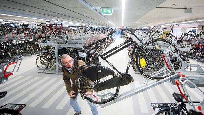 De fietsenstalling onder het nieuwe station biedt plaats aan 5000 rijwielen. Die staan er dagelijks ook in. Vooral in de weekeinden is er sprake van ruimtegebrek.