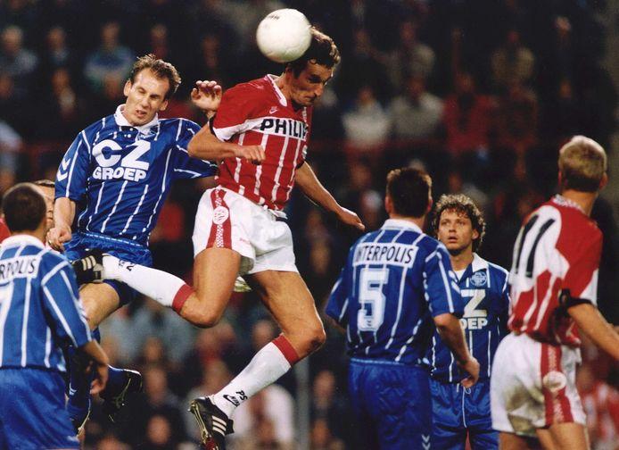 Eredivisie PSV-Willem II 2-0. Jaap Stam van Willem II (l) strijdt om de bal met PSV-er Rene Eykelkamp (r).
