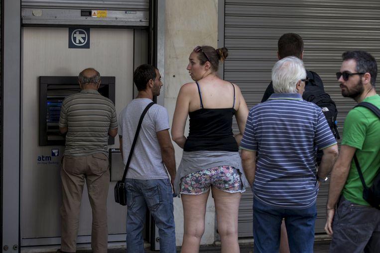 Aan veel Griekse bankautomaten is het aanschuiven geblazen. Beeld REUTERS