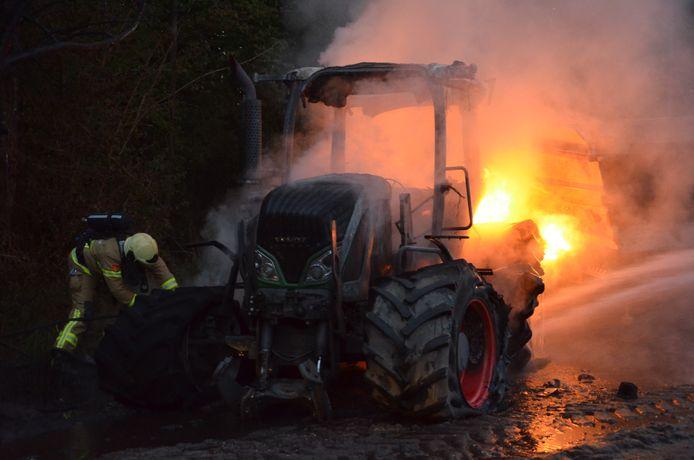 Bij een boerderij aan de Wiersserbroekweg in het buitengebied van Barchem is vanavond een trekker met aanhangwagen door brand verwoest.