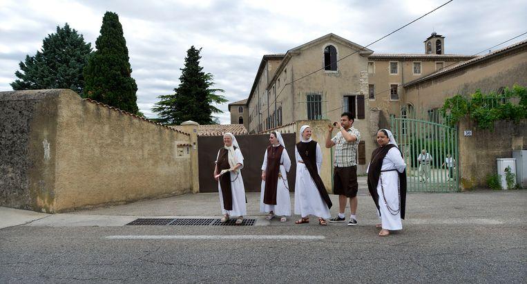 Nonnen in Cap d'Agde wachten langs de weg op de Tour-karavaan. Beeld Klaas Jan van der Weij / de Volkskrant
