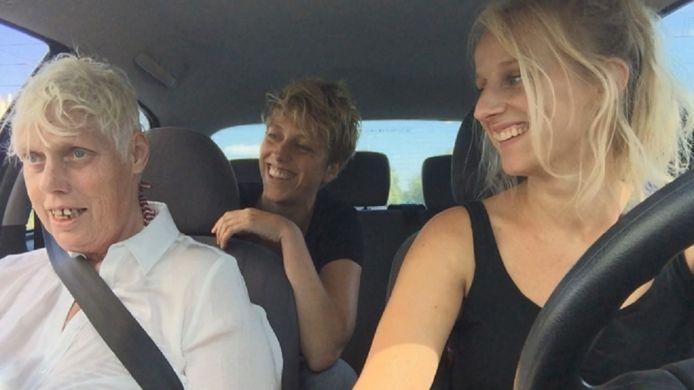 Screenshot uit de film. vlnr: Anneke, Mirthe en Jade.