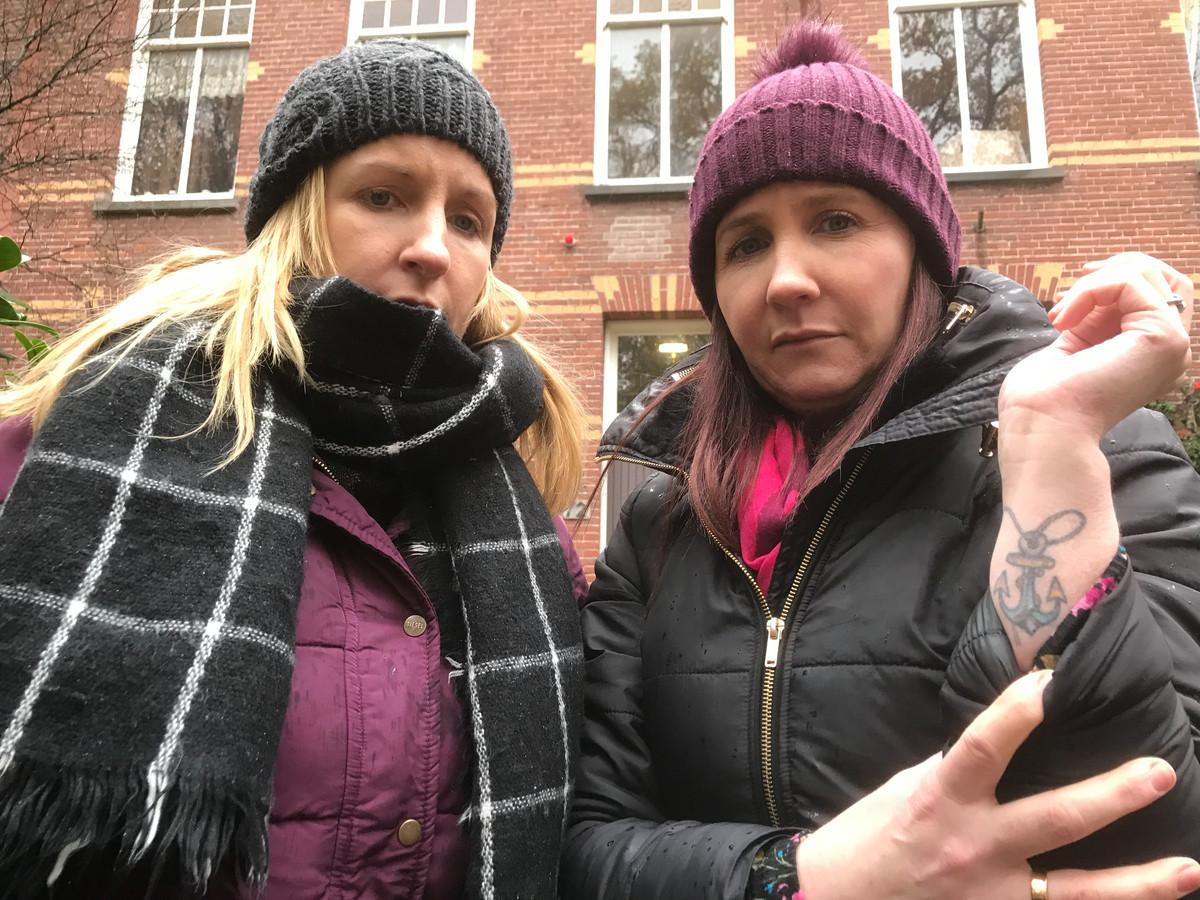 Caroline (links) en Helen Grealis voor het pension aan de Duivelsbruglaan in Breda waar hun broer James Patrick de nacht doorbracht voor hij verdween. Helen toont haar herinnerings-tattoo.