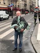 Het lid van de Franse federatie van bedrijven die historische gebouwen restaureren, met de teruggevonden haan.