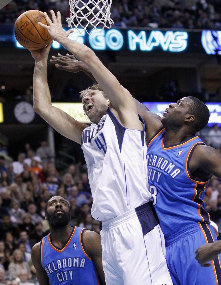 Dirk Nowitzki leidde Dallas naar de zege tegen Oklahoma.