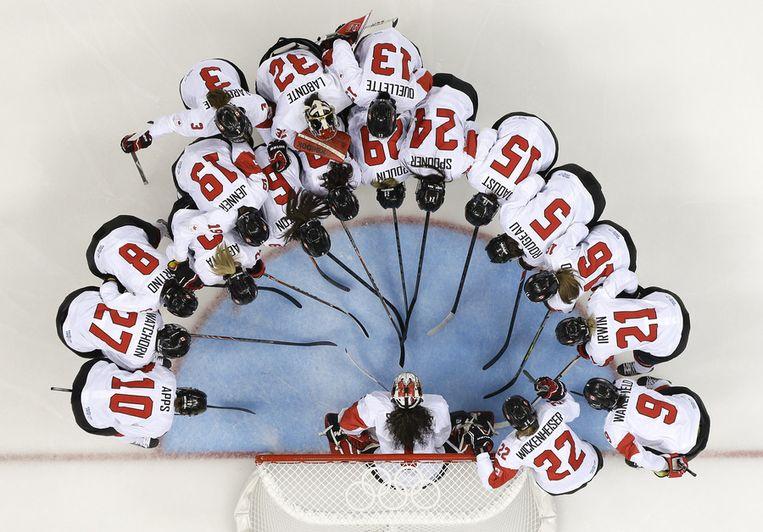De Canadese vrouwen peppen elkaar op voor de halve finale tegen Zwitserland Beeld ap